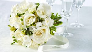 Holidays   Weddings White roses in a wedding bouquet on the table 056364  e1511382205237 300x169 - Свадебные букеты